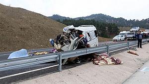 Minibüs kamyonun altına girdi! 8 ölü