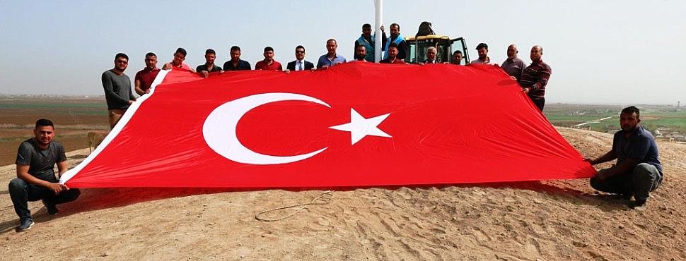 Akçakale'ye dev Türk Bayrakları dikildi