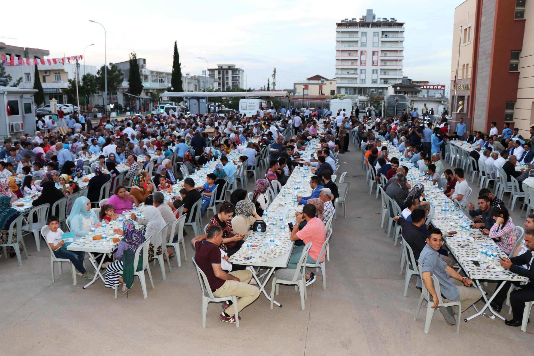 Halfeti'de toplu iftar - URFA DEĞİŞİM GAZETESİ