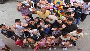 Bayram İkramiyesini Çocuklara Dağıttı