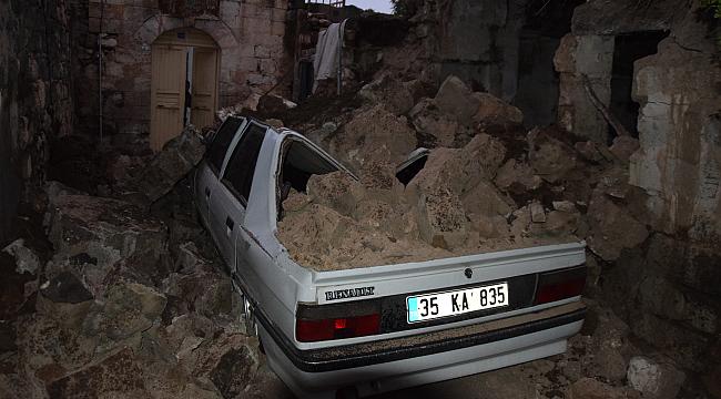 Harabe ev otomobilin üzerine yıkıldı