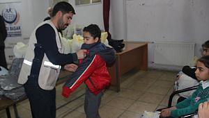 İhtiyaç sahibi öğrencilere giysi yardımı