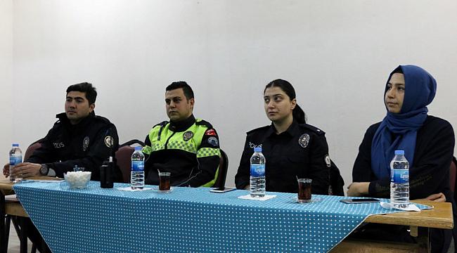 Polisler öğrencilere polislik mesleğini anlattı