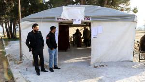 Depremzedeler Çadırda Oy Kullanıyor