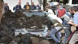 Evin Duvarı Otomobilin Üzerine Çöktü