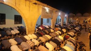 Binler Namaz Kılıp Dua Etti