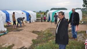 İşçilerin çadırlarını yine su bastı