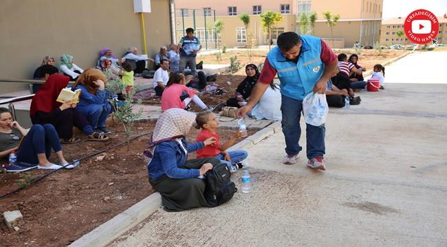 Öğrencilere su dağıttılar