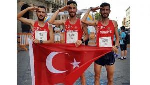 İtalya'da Türk bayrağını dalgalandı