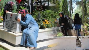Arefe günü mezarlıklara akın ettiler