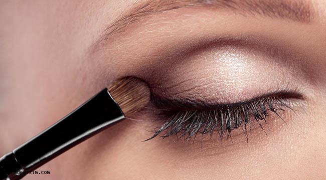 Takma kirpikler göz sağlığına zarar verebilir