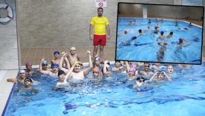 Ücretsiz yüzme öğreniyorlar