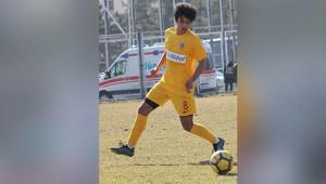 Urfa'da futbola başlayan genç profesyonel oldu