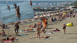 Yerli ve Yabancı Turistler Sıcak Havanın ve Denizin Keyfini Yaşıyor