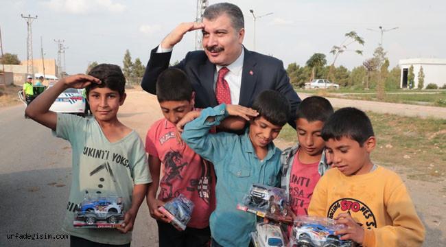 Bakan Koca, çocuklarla asker selamı verdi