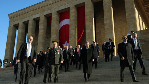 Devlet erkanı Anıtkabir'e çelenk bıraktı