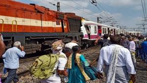 Hindistan'da İki Tren Çarpıştı; 12 yaralı