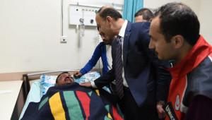 Urfa'ya getirilen yaralıları ziyaret etti