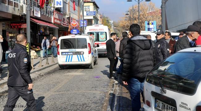 Erzincan'da iki aile arasında kız alıp verme meselesi yüzünden çıkan silahlı kavgada korku dolu anlar yaşandı. 2 kadının bıçaklandığı ve 50'ye yakın şüphelinin kavgaya karıştığı olayda polis ekipleri 20'in üzerinde şahsı gözaltına aldı. ile ilgili görsel sonucu