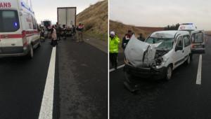 Hafif ticari araç tıra çarptı: 4 yaralı
