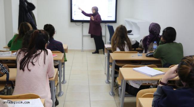Öğrenciler ücretsiz kursta sınavlara hazırlanıyor