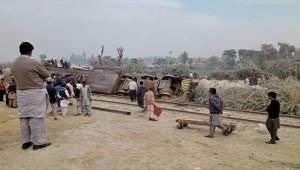 Pakistan'da trenle kamyon çarpıştı; 1 ölü, 8 yaralı