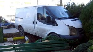 Minibüs yayaya çarparak bahçeye girdi