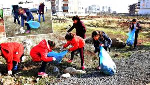 Öğrenciler sokaklarda çöp topladı