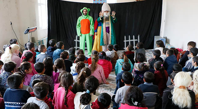 Oyunlarını köy çocukları için sahneliyorlar
