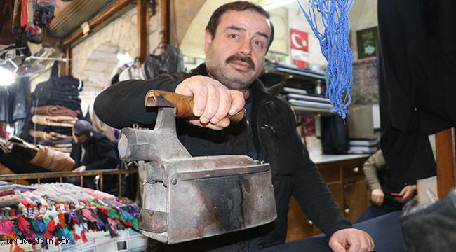 Urfalı usta 70 yıldır kömürlü ütü kullanılıyor
