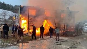 2 katlı ev alev alev yandı; 1 ölü, 4 yaralı