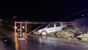 Birecik'te fırtınanın devirdiği direk sürücüyü yaraladı