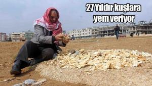 Çöpten topladığı ekmeklerle kuşları besliyor