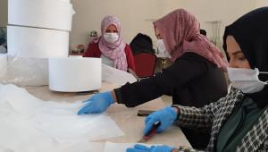 Kadınlar gönüllü olarak maske üretiyor