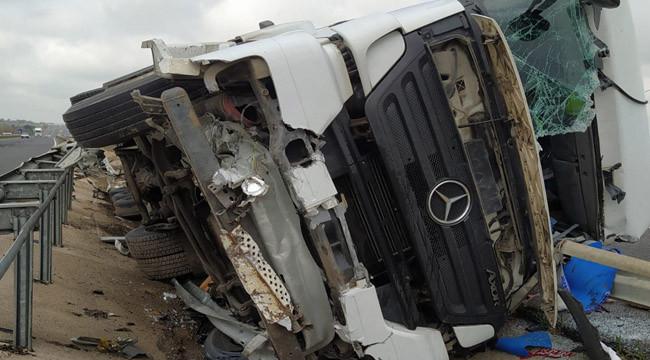 Şanlıurfa'da devrilen tırın sürücüsü yaralandı