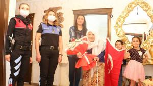 """Polislerden """"Anneler Günü"""" ziyareti"""
