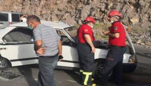 İki otomobil çarpıştı; 5 yaralı