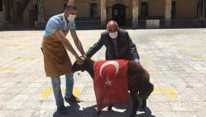 Türk Bayrağı ile kurban kesimi