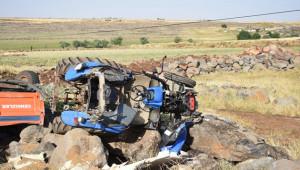 Mercimek yüklü traktör devrildi: 1 yaralı