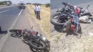 Motosiklet traktöre çarptı