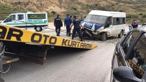 Tarım işçilerini taşıyan minibüs otomobil ile çarpıştı: 2 ölü 8 yaralı