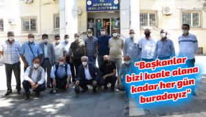 Muhtarlar hizmet için belediyenin önünde toplandı