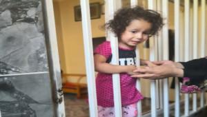 Şanlıurfa'da çocuğun kafası pencerenin demir korkuluğuna sıkıştı