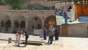 Turistler dışarıda dua edip ayrıldı