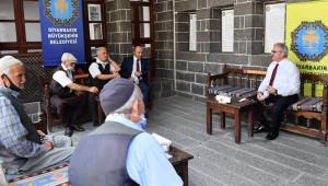 Vali Kürtçe kaside dinledi