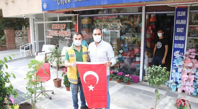 Vatandaşlara Türk Bayrağı hediyesi