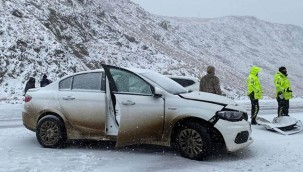 İki otomobil çarpıştı :5 yaralı