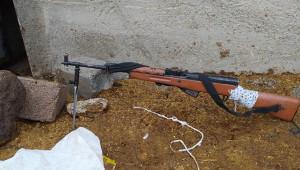 Kaçak silahlar kümeste yakalandı