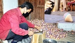 Çocuklar için topaç üretiyor