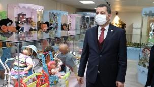 Çocukları oyuncak müzesine davet etti